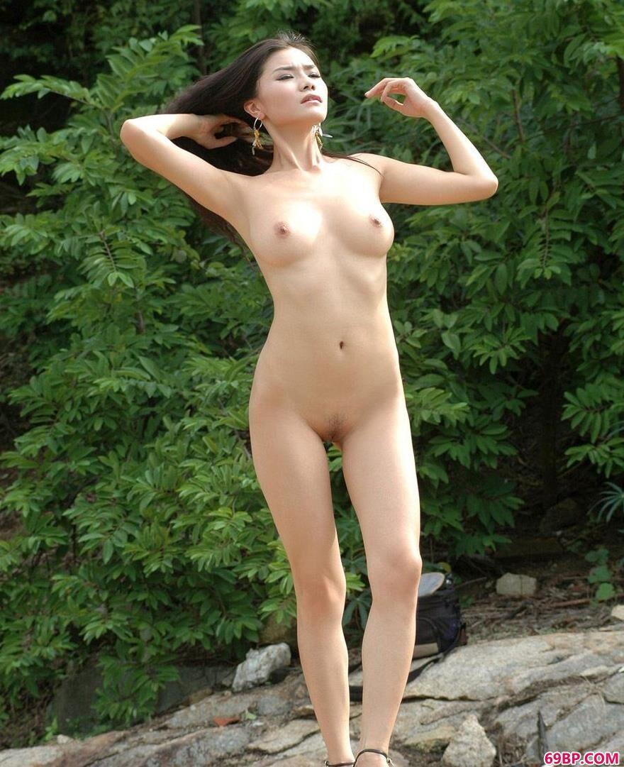 超模丽娜小河边的魅惑人体