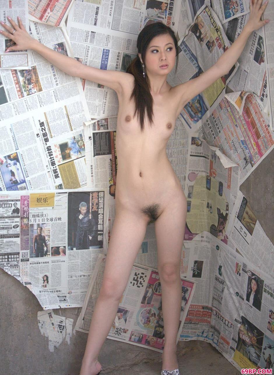 妹子娜娜在贴满报纸的墙前的风骚人体_gogo坛蜜人体照片