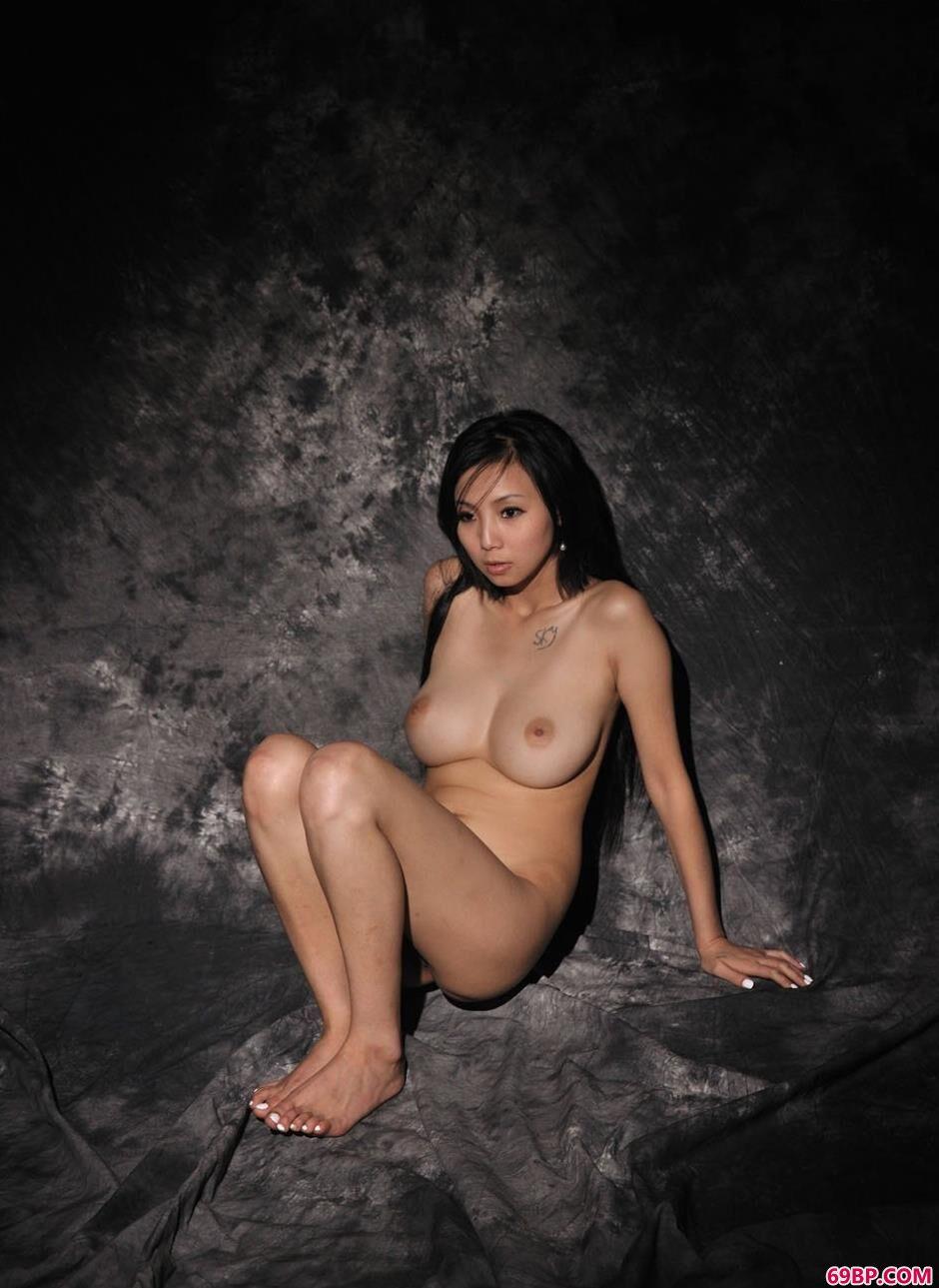 靓女依依写真棚里的大尺度人体