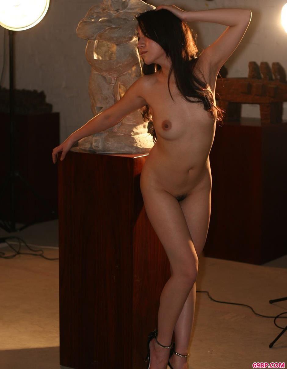 超模杨芳奇特泥偶工作室内的人体_西西人体高清摄影棚