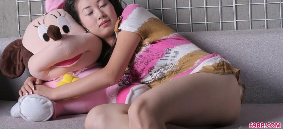 妹子滢滢抱着娃娃的人体