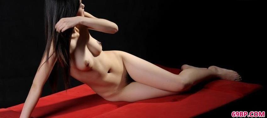 红色沙发上裸模艾文好身材_大胆人体艺术写真