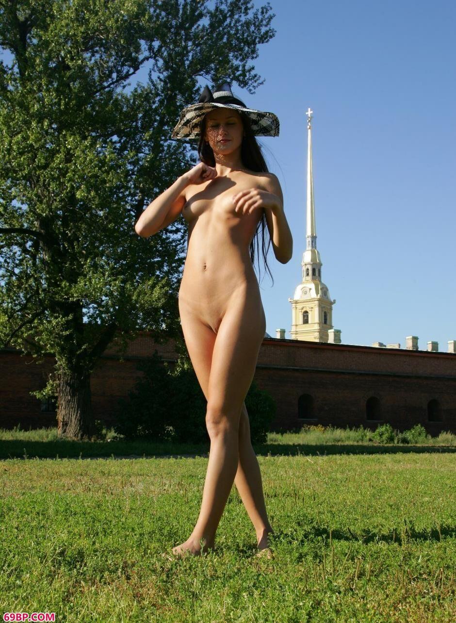 嫩模玛丽亚Maria城堡前的性感人体_西西人体大胆辩开下部