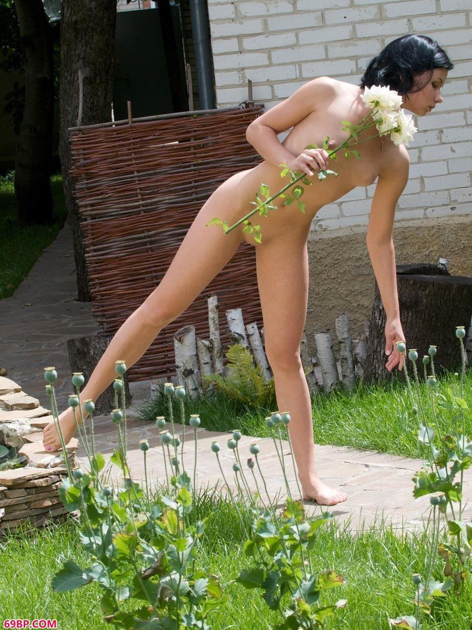 嫩模玛丽娜Marina草地上的大尺度人体_俄罗斯18美女裸交