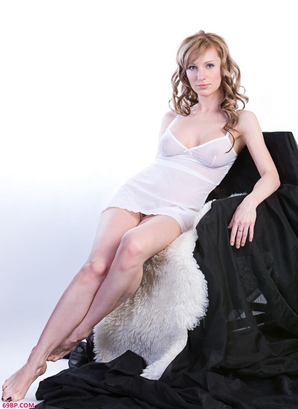 裸模Olga棚拍丰腴人体