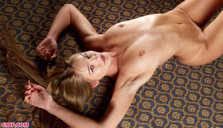 妹子nika躺在地毯上的瑜伽美体1_两西人体gogo