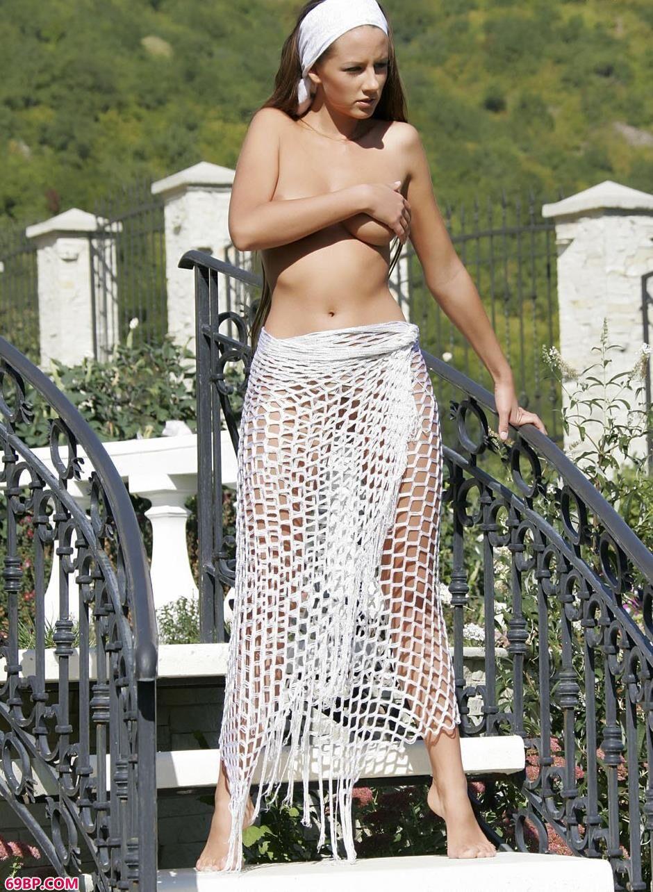 裸模daphne山景别墅顶楼的抚媚人体