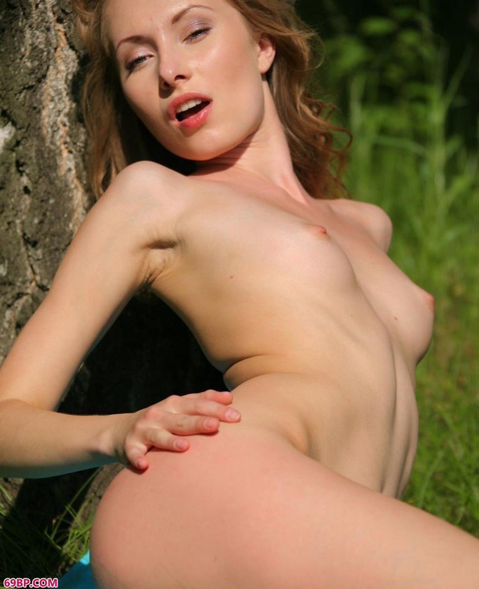 美人妮可森林里大树下的诱惑美体2_gogo日本艺术高清大胆