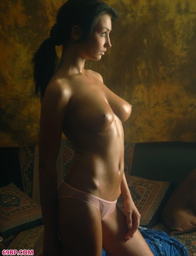 油画室里的jaju冷酷人体